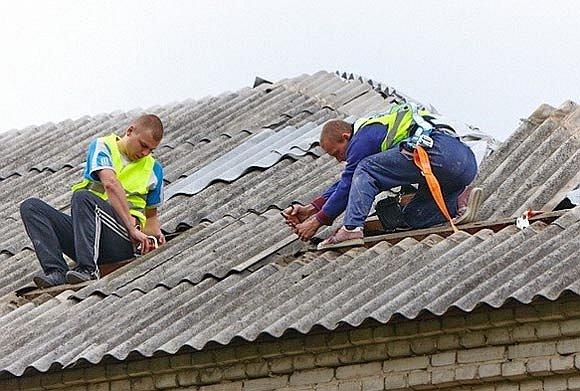 ремонтирование крыши рабочими
