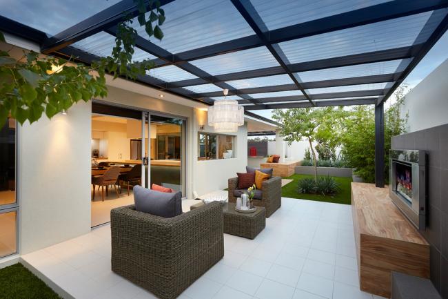 Уютная веранда с крышей из поликарбоната