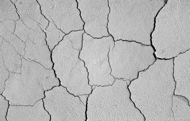 Трещины на стене