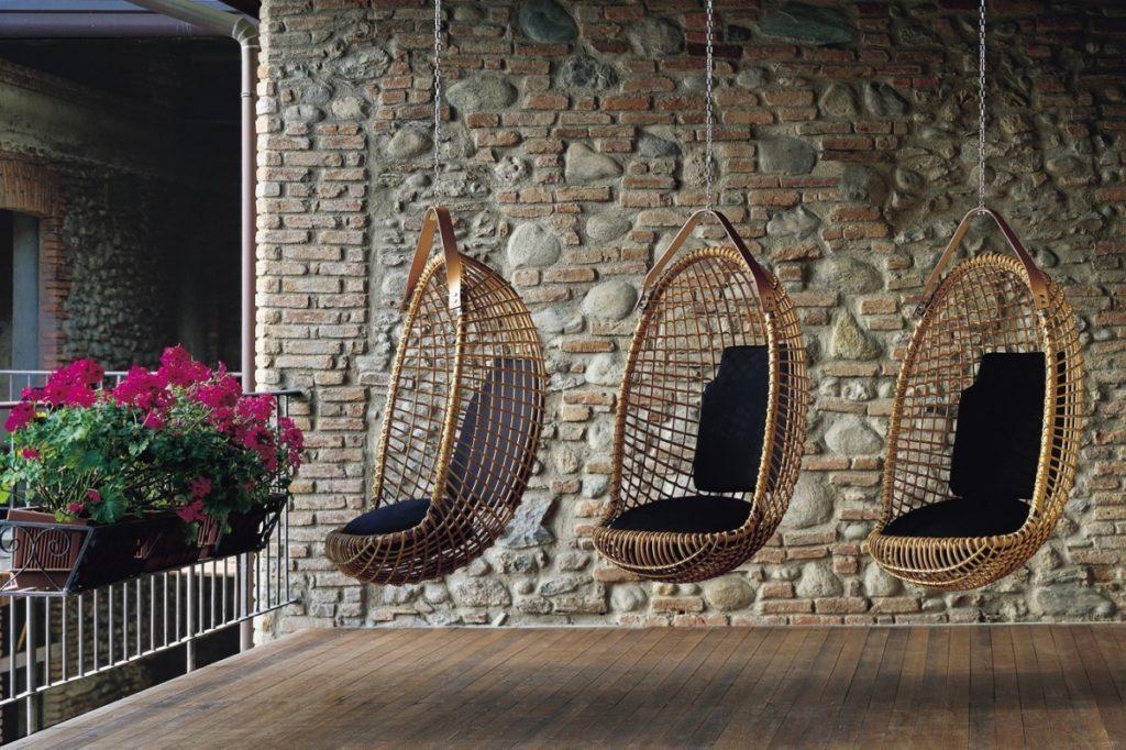 Подвесное кресло на веранде